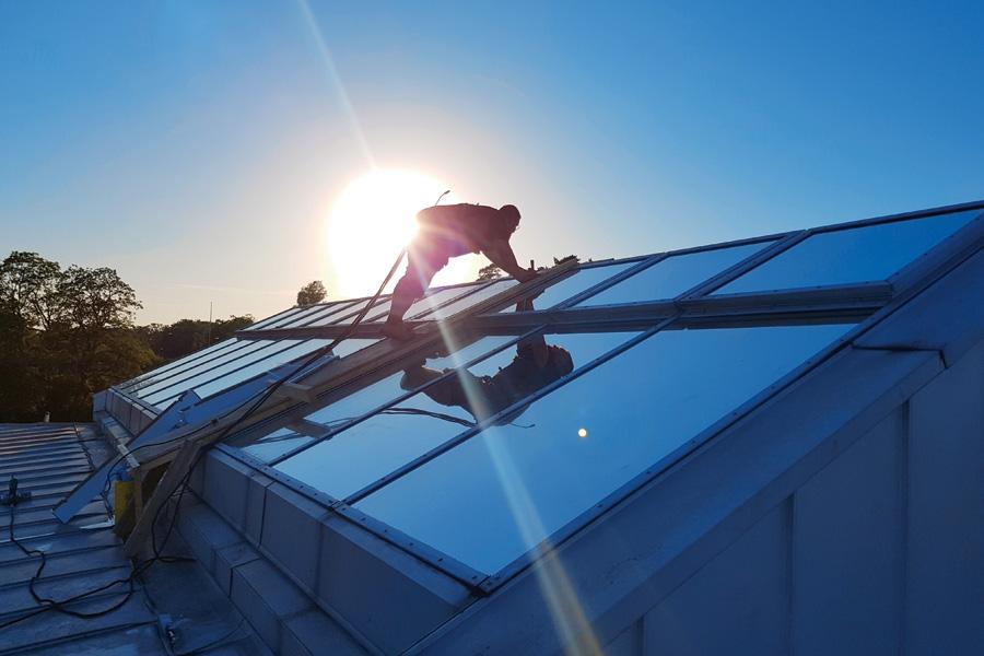 Solfilmsmontör på tak